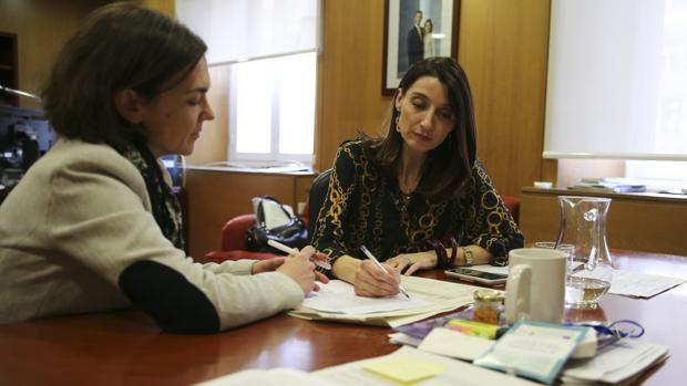 La delegada trabaja en su despacho, presupuestos en mano, con su jefa de prensa