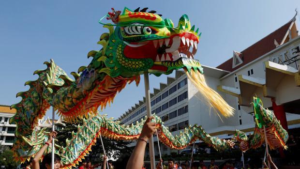 Camboyanos realizan la danza del león chino en vísperas del Año Nuevo Chino 2019