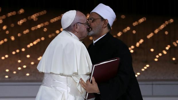 Beso entre el Papa Francisco y el gran imán de al-Azhar Sheikh Ahmed al-Tayeb