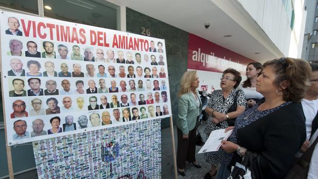 Protesta de familiares de víctimas del amianto