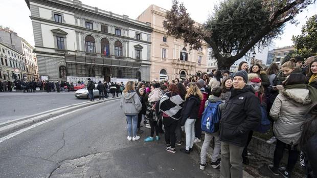 Estudiantes y profesores permanecen en los alrededores del colegio Machiavelli