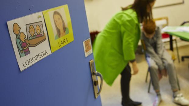 Clase de logopedia en el colegio de educación especial «Los Álamos» de Madrid