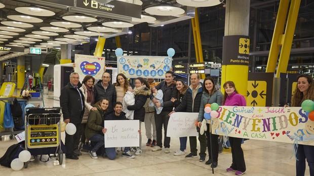 Llegan a Madrid las primeras familias de niños nacidos por gestación subrogada en Ucrania