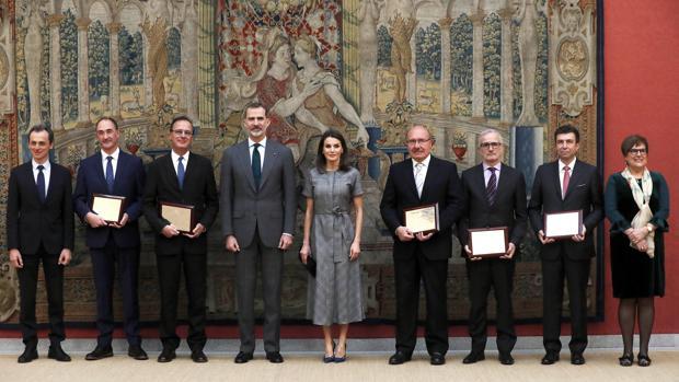 Los Reyes posan con los galardonados en la entrega de los Premios Nacionales de Investigación 2018