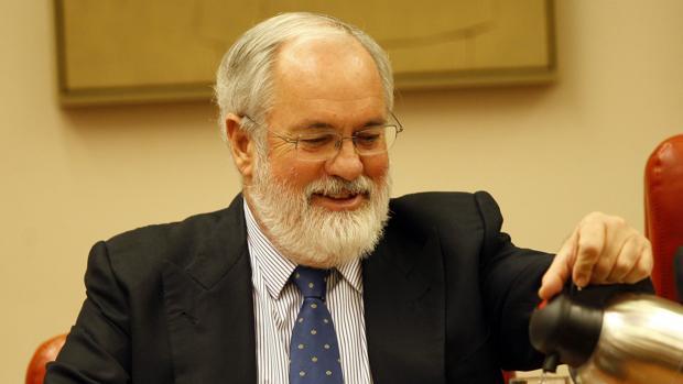 Cañete recuerda al Gobierno que no ha enviado el Plan del Clima a Bruselas y el PSOE culpa a Rajoy