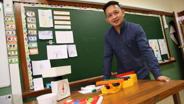 Yeap Ben Har muestra los materiales que recomienda usar en clase