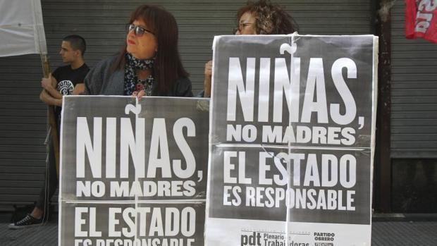 Dos mujeres sostienen carteles durante una protesta junto a decenas de personas este lunes en Buenos Aires (Argentina), para pedir que se aplique la interrupción legal del embarazo (ILE) a una niña de 11 años