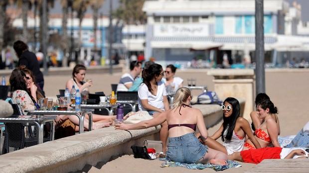 Varias jóvenes disfrutando del sol este viernes en la playa de la Malvarrosa de Valencia.