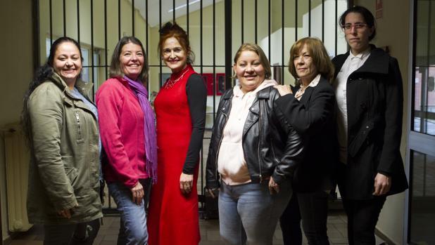 Las exreclusas que participaron en el documental Yesses, sobre la compañía de teatro nacida en prisión, junto a su directora (tercera desde la izquierda) Elena Cánovas