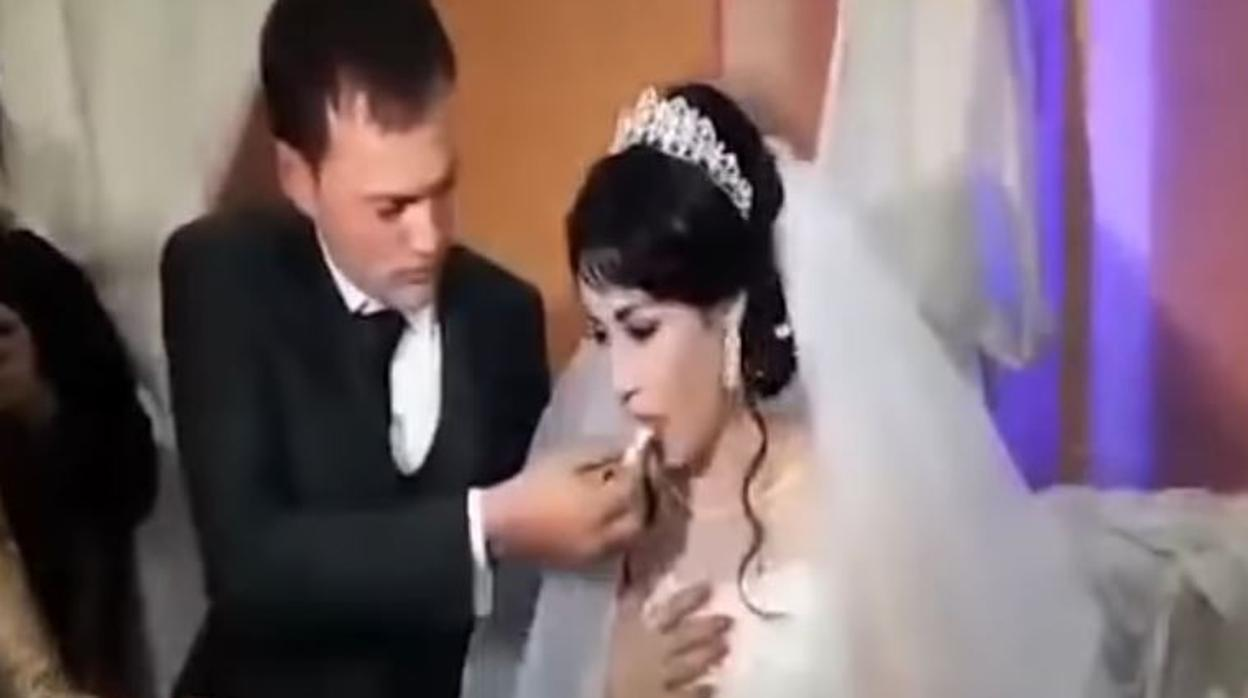 c670b234ec Un novio abofetea a su novia el día de su boda después de que esta le  gastara una broma