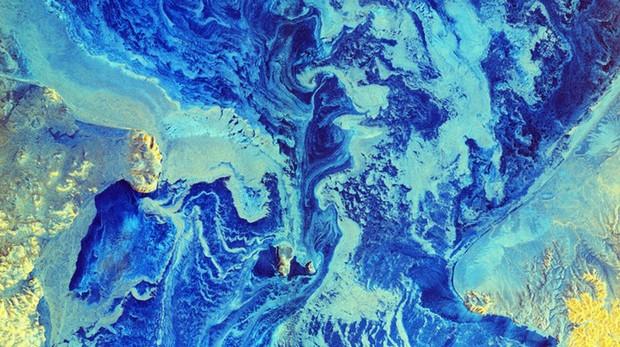 Estrecho de Bering. En azul claro, la superficie helada. En azul oscuro, el agua líquida