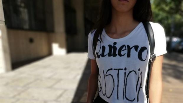 La joven se presentó a los tribunales con una camiseta con la palabras «Quiero justicia»