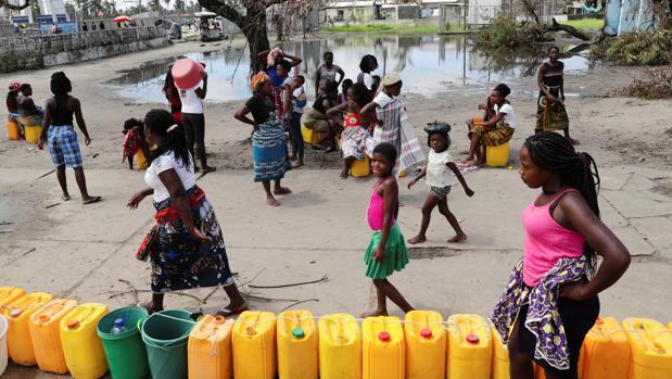 Varias personas esperan en Mozambique a recibir agua