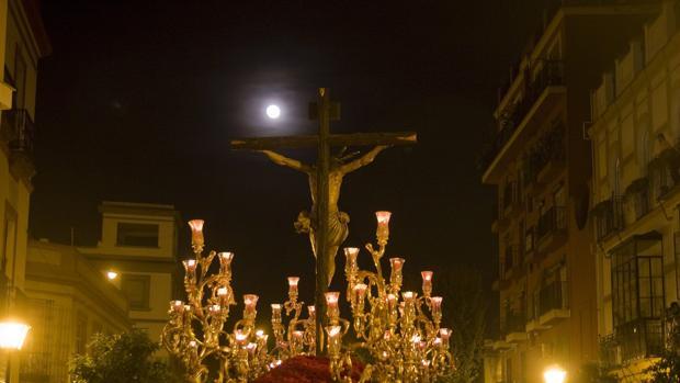 Paso del Cristo de la Hermandad de San Bernardo en el camino de vuelta a la iglesia en Sevilla