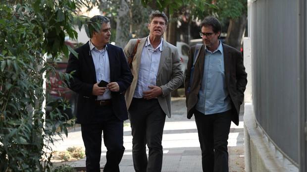 El abogado Juan Pablo Hermosilla (i) y las víctimas de abuso sexual del influyente párroco Fernando Karadima, James Hamilton (c) y José Andrés Murillo,