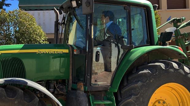 Albert Rivera, se sube a un tractor en su visita a Sayatón (Guadalajara)