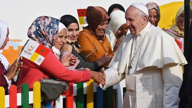 El papa Francisco saluda a varias mujeres durante su visita, este domingo, a un pequeño centro rural de Servicios Sociales que gestionan tres monjas españolas en Temara, a las afueras de Rabat (Marruecos)