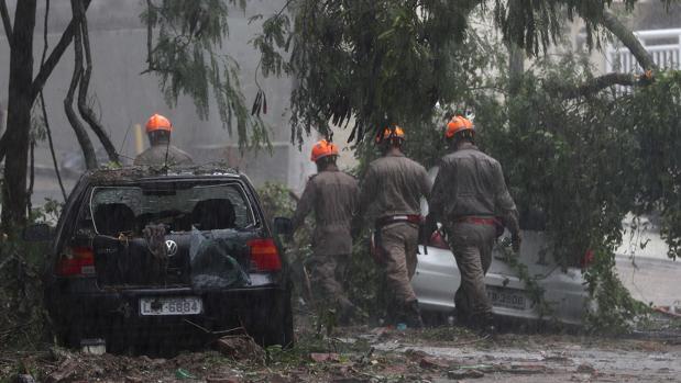 Miembros de los equipos de emergencias trabajan en la búsqueda de personas