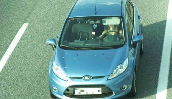 Una joven se hace un selfie mientras conduce