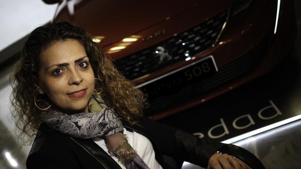 Helene Bouteleau, momentos antes de la entrevista, junto a uno de los flamantes Peugeot 508
