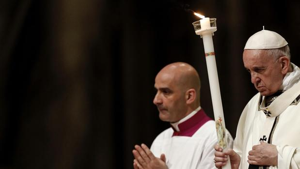 El Papa durante la misa de la Vigilia Pascual en la Basílica de San Pedro