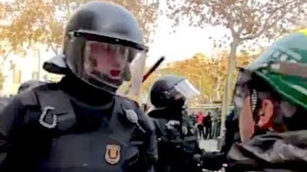 El mosso expedientado, en el momento de decirle a un agente rutal en una manifestación «¡La república no existe, idiota!»