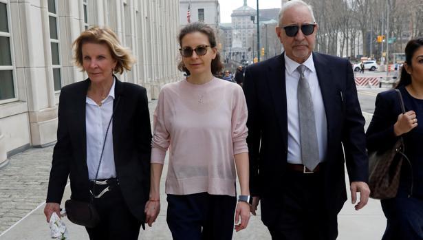 Clare Bronfman, en el centro, a su llegada a la corte federal de Brooklyn junto a sus abogados