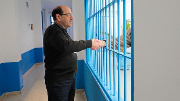 El padre Florencio, capellán del Centro Penitenciario de Castellón de la Plana, acompaña, junto a un grupo de 40 voluntarios, a los presos desde 1987. Para él, lo más importante son las personas