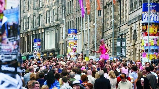 Ciudadanos de Edimburgo pasean por sus calles