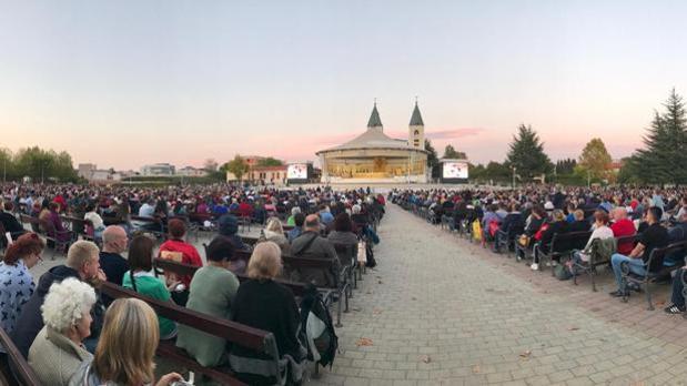 Peregrinos rezan frente a la Parroquia de Santiago Apostol en Medjugorje