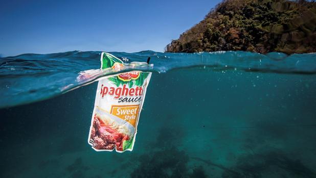 Un envoltorio de plástico flota en el mar en el Pasaje de Isla Verde en Filipinas