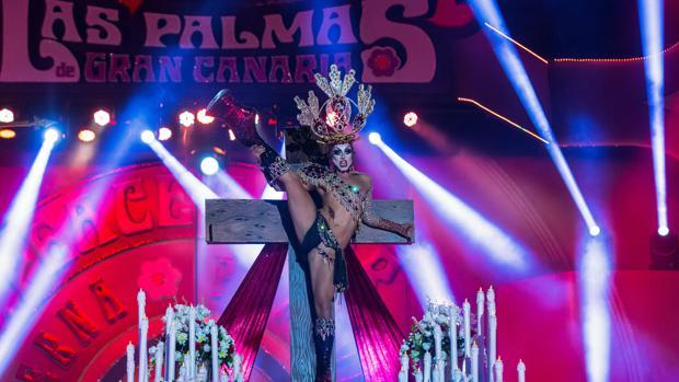 Una drag queen baila en una cruz durante el Carnaval de Canarias