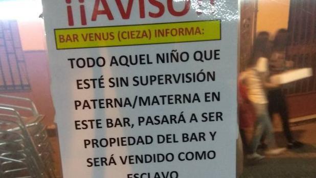 El polémico cartel de un bar de Murcia: «Todo niño sin supervisión ...