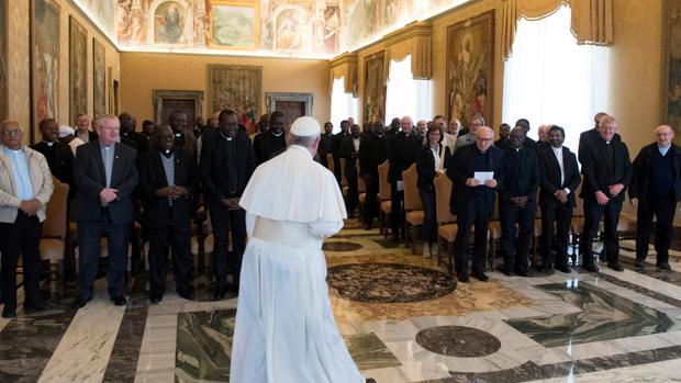 El Papa a los periodistas: «Aprecio vuestro trabajo cuando metéis el dedo en las llagas de la Iglesia»