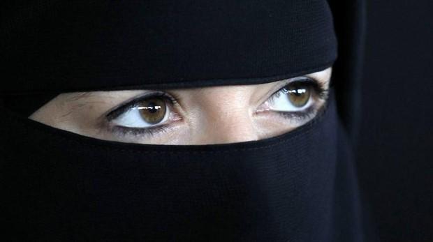 Un nicab es un velo que cubre el rostro y se usa por algunas musulmanas como parte de su vestido hiyab