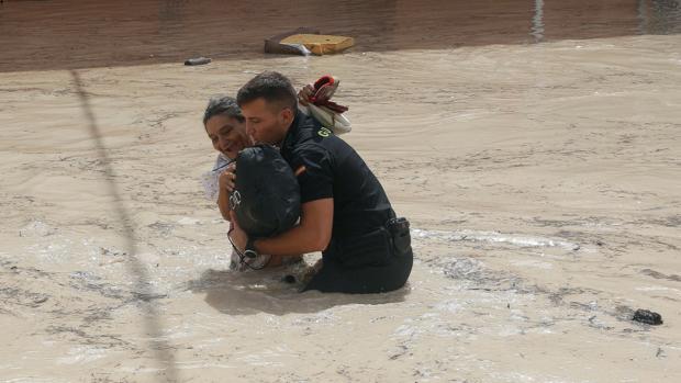 La gota fría siega 5 vidas, desborda el Segura y deja más agua que la que cae en un año en otras localidades