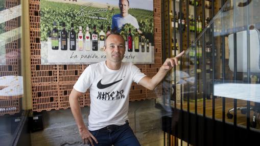 Andrés Iniesta en la tienda que tiene en el centro de Barcelona