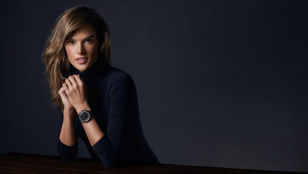 La modelo Alessandra Ambrossio con el reloj 'Speedmaster' de Omega