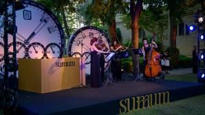 Un cuarteto de cuerdas durante la fiesta de lanzamiento de Summum