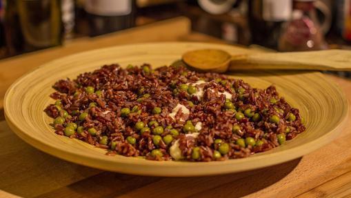 Plato de arroz rojo con guisantes