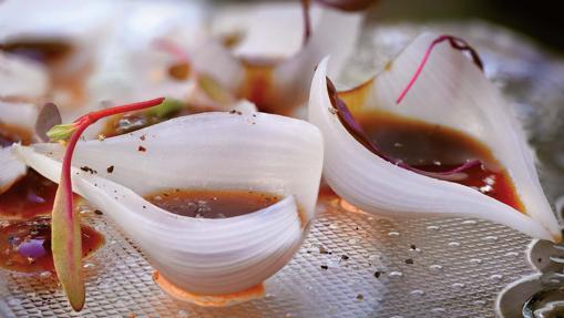 Cebollas a la sal con demiglacé vegetal