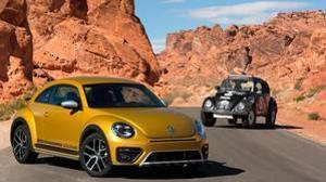 La versión nueva (Beetle) y la antigua del Volkswagen Escarabajo