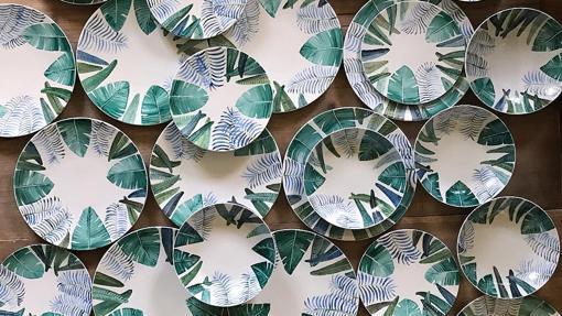 Colección de platos de cerámica decorados con motivos vegetales
