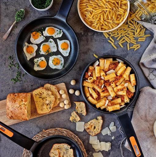 Bodegón con pasta y huevos fritos