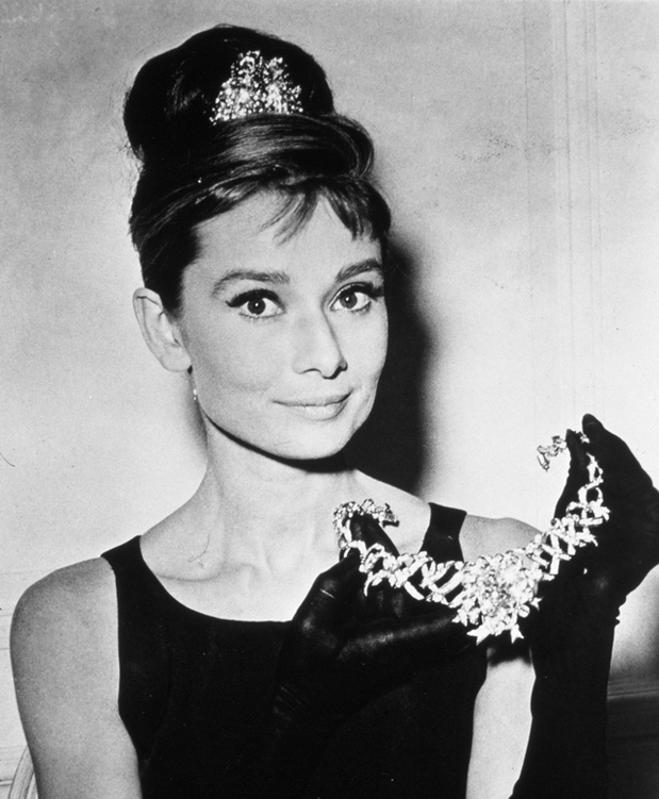Audrey Hepburn muestra la joya