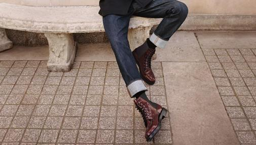 Con cordones y sujeción extra en el tobillo