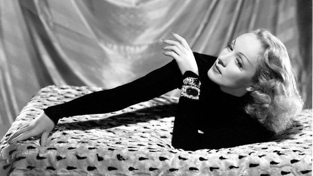 Marlene Dietrich posa con algunas de sus joyas