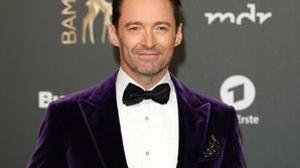 Hugh Jackman con blazer de terciopelo violeta de Ralph Lauren
