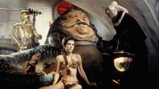 Carrie Fisher en la escena en la que interprenta a Leia con el bikini dorado