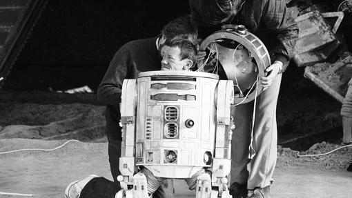 El actor Kenny Baker junto a su personaje, R2D2